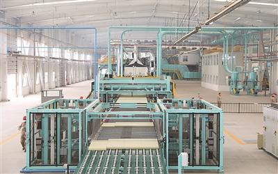 年产5万吨玄武岩岩棉项目是目前国际上最先进、单线产能最大的岩棉生产线。 王 蕾 摄