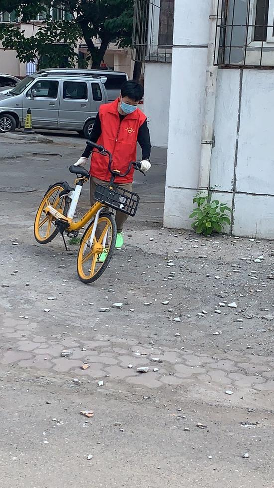"""""""从我做起将共享单车放在固定位置""""成为社区内的最新风尚。中共太原市杏花岭区委宣传部供图"""