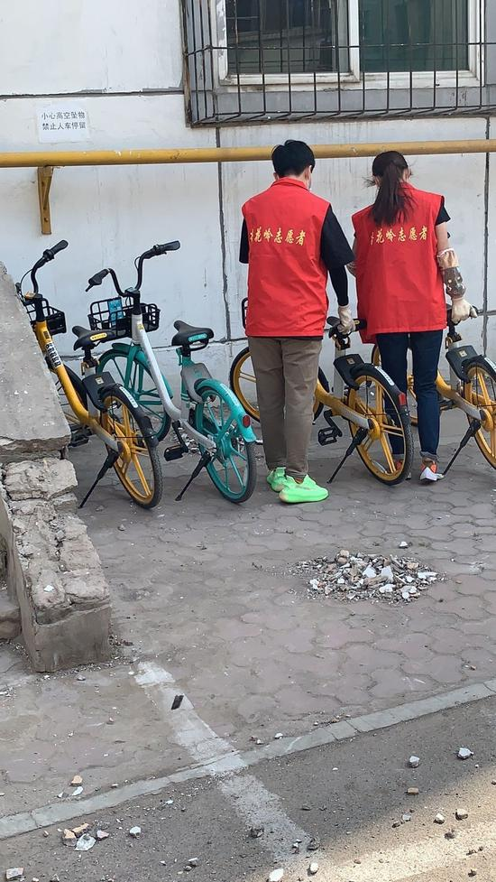 社区干部们现场规范单车30余辆。中共太原市杏花岭区委宣传部供图