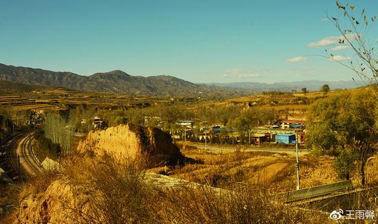 土城堡遗迹,修铁路被拆毁。远处村内也有遗迹