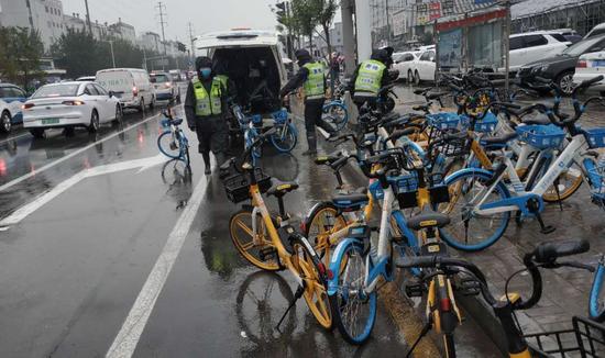 综改区综合执法队清理违停共享单车