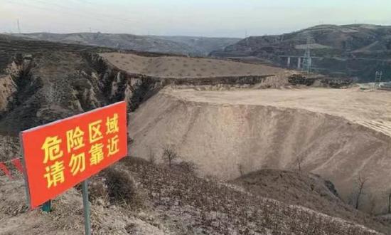 11月27日,致6人死亡的煤矸石倾倒场暂停使用,周边拉上了警戒线。 新京报记者 李明 摄