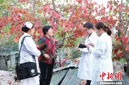 """""""赤脚医生""""姜力军调查走访村民健康状况。 杨红义 摄"""