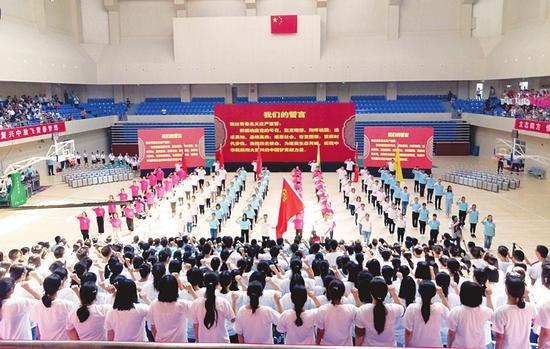 典礼中正在宣誓的大学生。本报记者摄