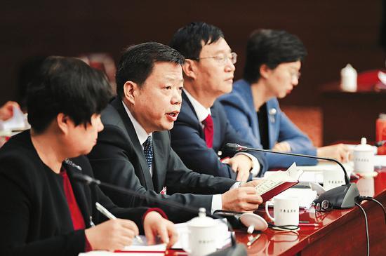 王文保(左二)在山西代表团全体会议上发言。