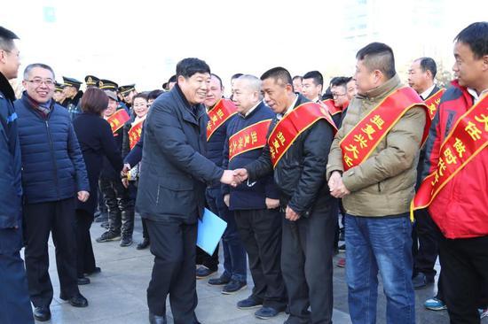 太原市交通运输局副局长张则福慰问出租车司机