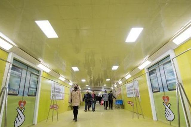 """太原80米长地下通道变身""""地铁车厢"""""""