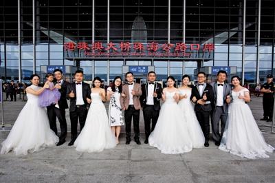 港珠澳大桥建设者重回珠海公路口岸拍婚纱照