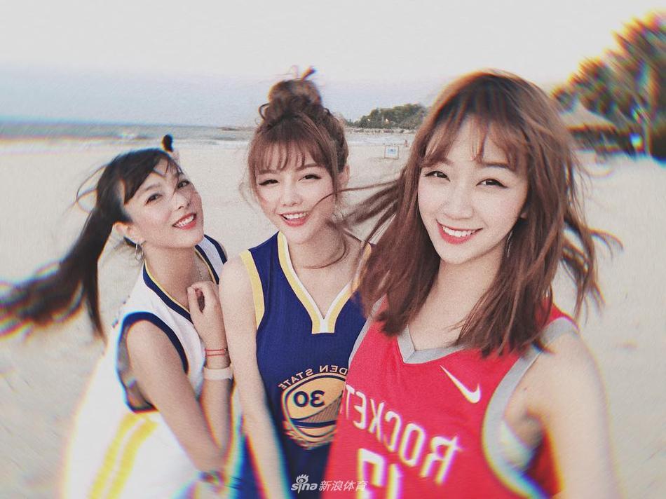 NBA女球迷美艳自拍 运动风性感风切换自如