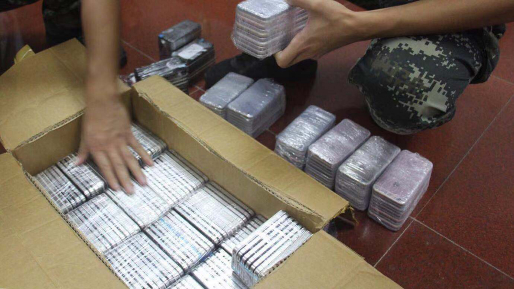 ▲执法人员清点涉案电子产品。