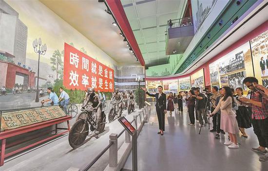 """▲""""时间就是金钱,效率就是生命""""展示区。 深圳报业集团 记者 胡蕾 摄"""