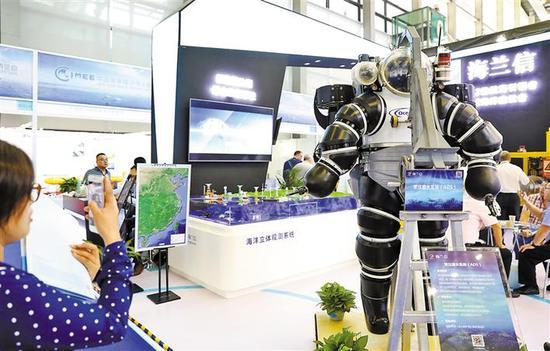常压潜水系统吸引观众眼球。 深圳商报记者 钟华登 摄。
