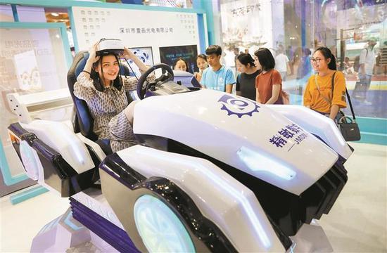 ▲市民体验VR虚拟驾驶。 深圳晚报见习记者 杨少昆
