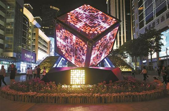 ▲华强北主街入口的科技魔方选用P16光电玻璃屏,关闭时是透明的。