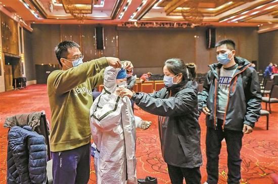 深圳医疗队进行防护服穿脱培训练习。