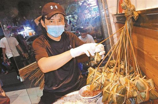 ▲叶师傅现场制作咸肉粽。深圳晚报见习记者 方舟 摄