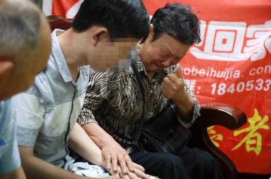 ▲廖兴菊 ( 右 ) 夫妇见到王强(中)后老泪纵横。