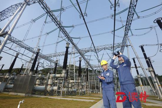 ▲工作人员对 500 千伏现代站的设备进行检修