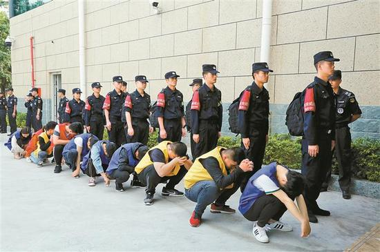 ▲宝安警方将犯罪嫌疑人全部押解回深圳。