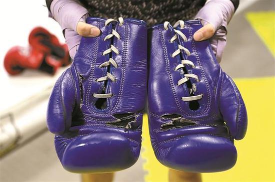▲邓啸童的拳击手套已经用了3年,上面出现不少裂纹。