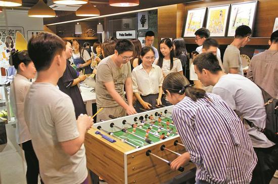 """2 青年租客在""""青年之家""""玩桌游。 深圳晚报记者 刘姝媚 摄"""