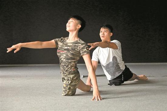 5 轮椅舞舞者陈伦会(左)与刘伟明一起排练。