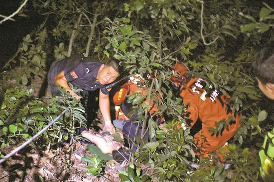 19岁男子独自登凤凰山滑坠山崖 3天后被消防官兵救起