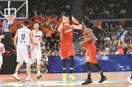 深圳队球员沈梓捷(右二)在球队得分后庆祝。