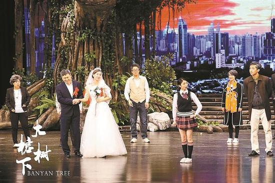 彭彬(左三)参演《大榕树下》剧照。