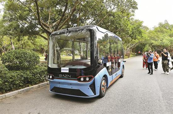 5G无人驾驶游览车在莲花山公园进行测试。