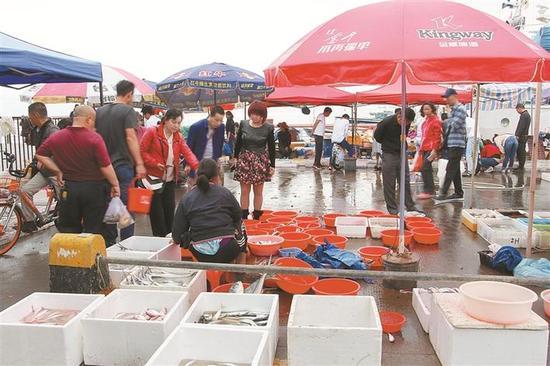 渔人码头东边的小集市,市民在挑选海鲜。
