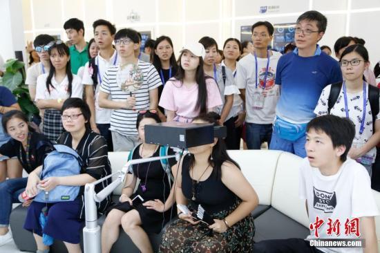 资料图:香港青年参访内地,感受人工智能的前沿科技成果。中新社记者 王远 摄