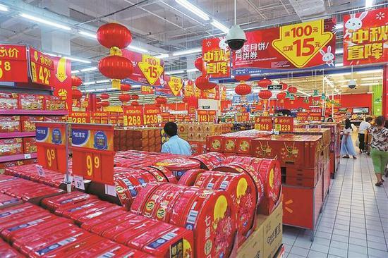 ▲在某大型超市,各式月饼均摆放在显眼位置。 深圳晚报记者 李超 摄