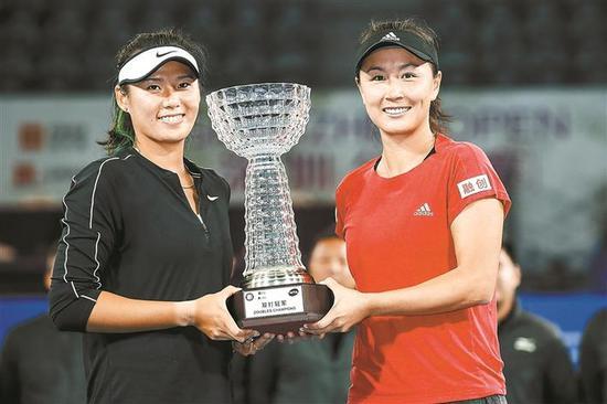 ▲中国组合彭帅/杨钊煊获得深圳公开赛女双冠军。