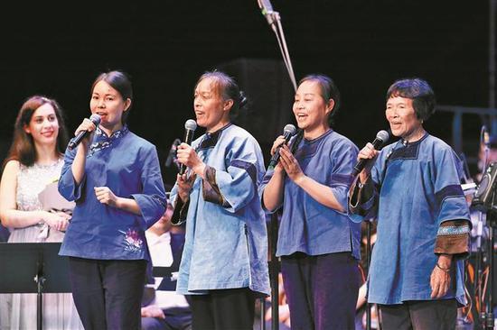 女书传承人现场清唱女歌。