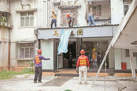 执法人员拆除黄贝街道景贝南22栋103号违法建筑。