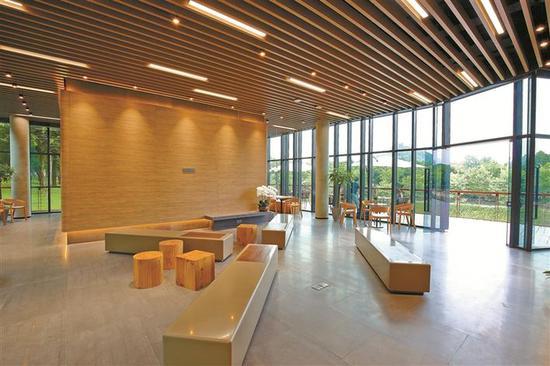 大沙河生态长廊建设突出以人为本服务理念,建有游客中心、湿地公园、自然教室等主要景点及设施。
