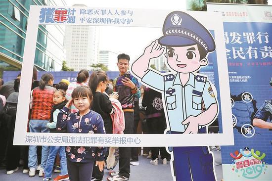 小朋友与卡通警察合影。 深圳晚报记者 杨少昆 摄