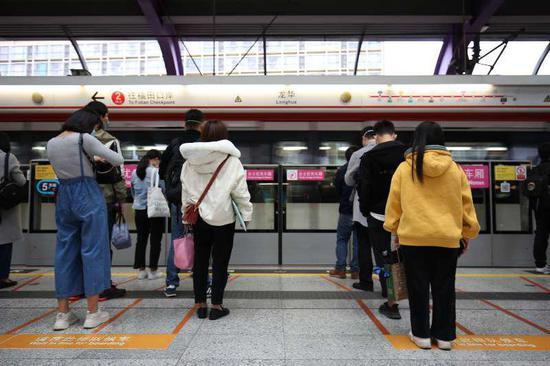▲站台上乘客自动保持距离。