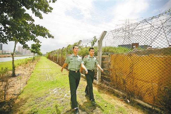 2010年6月25日,执勤官兵二线巡逻。
