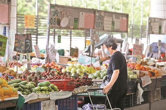 ▲市民在福田农批挑选水果。 深圳晚报记者 张焱焱 摄