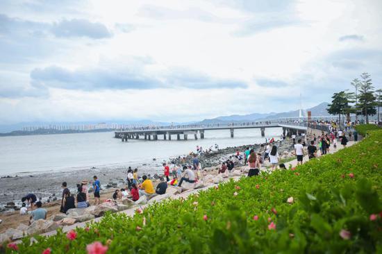 ▲游客在深圳湾公园观海。