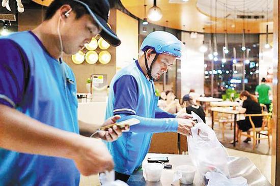 新业态不断出现,新职业不断产生,深圳新消费加快发展。 深圳商报记者 陈姝 摄