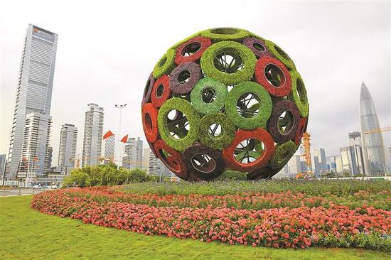 """深圳湾口岸""""同心共圆中国梦""""绿雕作品。"""