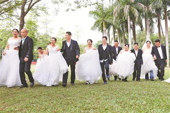 40对环卫工夫妻收到环卫工人节特别礼物:拍婚纱照圆婚纱梦