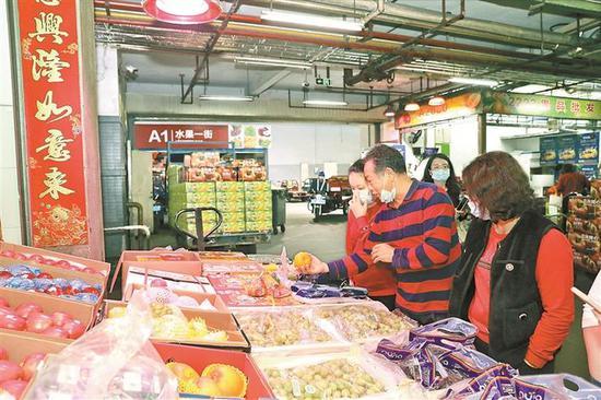 ▲市民正在选购水果。
