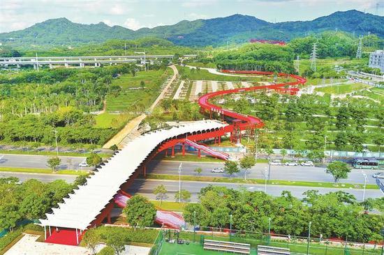 光明区红色空中栈桥。
