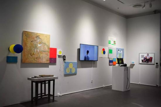 黄成,《self-house》,尺寸可变,VR影像、声音、综合材料绘画、灯箱、水泥,2017