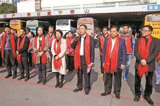 龙岗区委常委、宣传部长胡庚祥(前排右三)宣布发车。