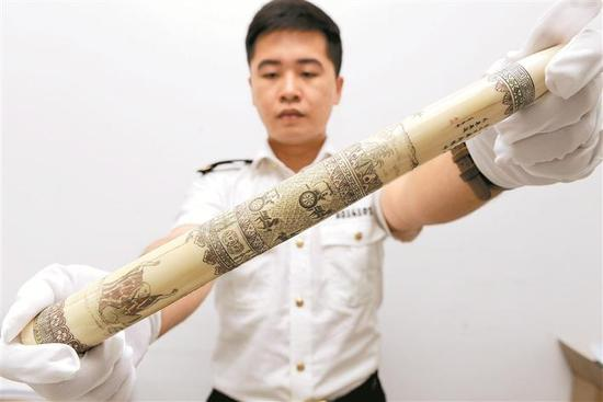 ▲海关工作人员展示查获的象牙制品。